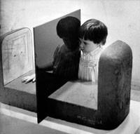 Für Kinder einer Kunstkritikerin gehören Ausstellungsbesuche zum Alltag; die vierjährige Caroline sucht eine Skulptur von Michael Grossert zu begreifen (1979 im Trudelhaus in Baden)