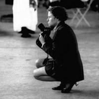 """Zuweilen auch Fotografin. Vernissage Hedy K. Ernst bei """"Holderbank"""" 1996. Foto: Leonardo Bezzola"""