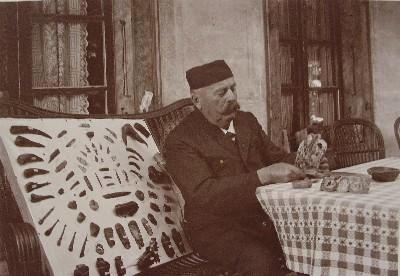 """Amtsrichter und Handelsmann Carl Irlet mit """"Alterthümern"""" auf der Terrasse des Fraubrunnenhauses (um 1910)."""