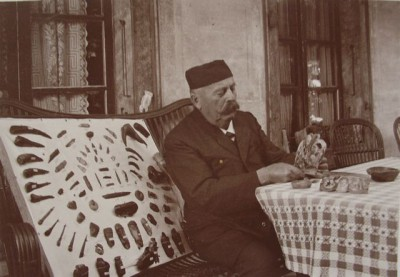 Carl Irlet mit seinen Antiquitten