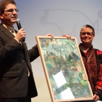 Erich Fehr überreicht Annelise Zwez die Kulturelle Ehrung der Stadt Biel