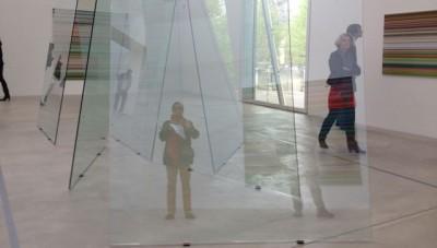 """azw im """"Spiegelkabinett"""" der Glasskulptur von Gerhard Richter in Winterthur"""